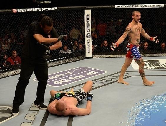 06.jul.2013 - Cub Swanson abre os braços sobre Dennis Siver após nocauteá-lo em sua luta no card principal do UFC 162