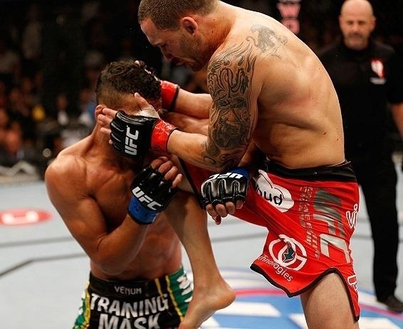 06.jul.2013 - Frank Edgar dá joelhada na cabeça de Charles do Bronx em combate no UFC 162