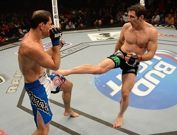 06.jul.2013 - Tim Kennedy acerta chute no brasileiro Roger Gracie durante sua vitória por decisão unânime no UFC