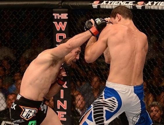 06.jul.2013 - Tim Kennedy acerta soco no brasileiro Roger Gracie durante sua vitória por decisão unânime no UFC