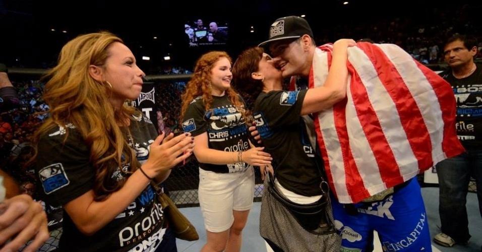 06.jul.2013 - Weidman é abraçado por familiares após ganhar o cinturão dos médios do UFC