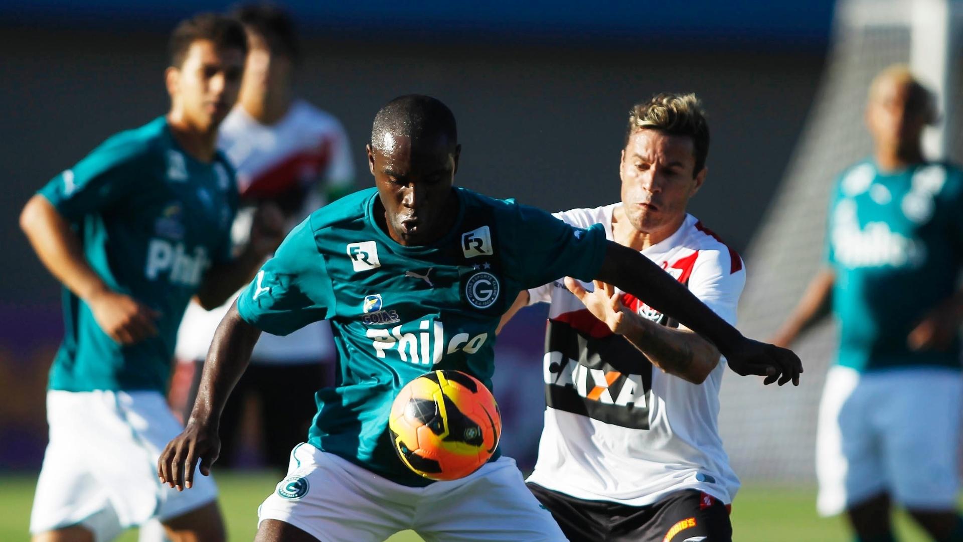 07.jul.2013 - Hugo, meia do Goiás, tenta domínio de bola durante jogo contra o Vitória, no Serra Dourada