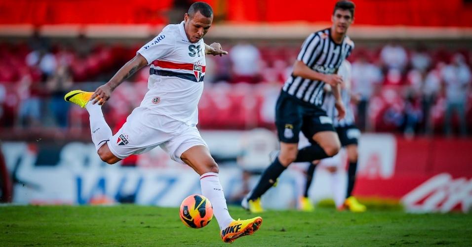 07.jul.2013 - Luis Fabiano, atacante do São Paulo, se prepara para finalizar ao gol durante clássico contra o Santos