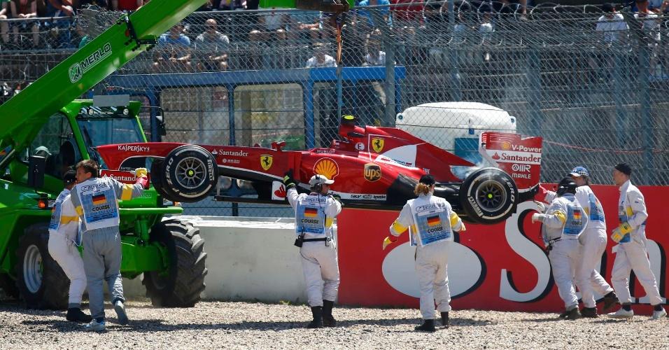 07.jul.2013 - Mecânicos retiram o carro do brasileiro Felipe Massa, que abandonou a prova na quarta volta