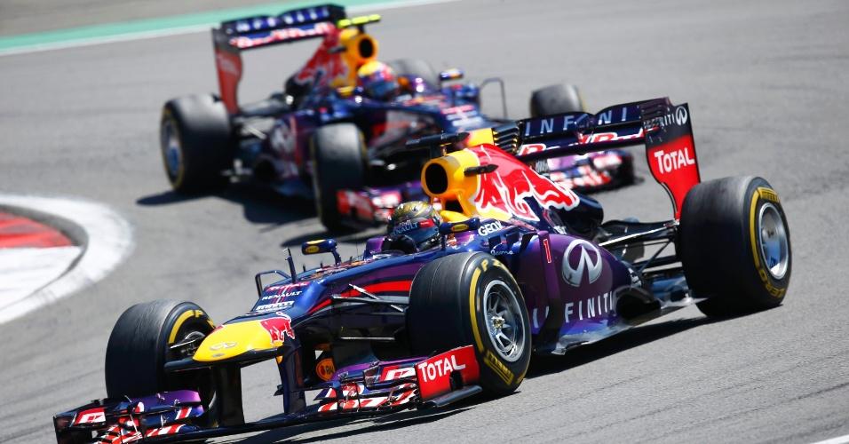 07.jul.2013 - Sebastian Vettel assume a liderança do GP da Alemanha na largada, seguido pelo companheiro Mark Webber