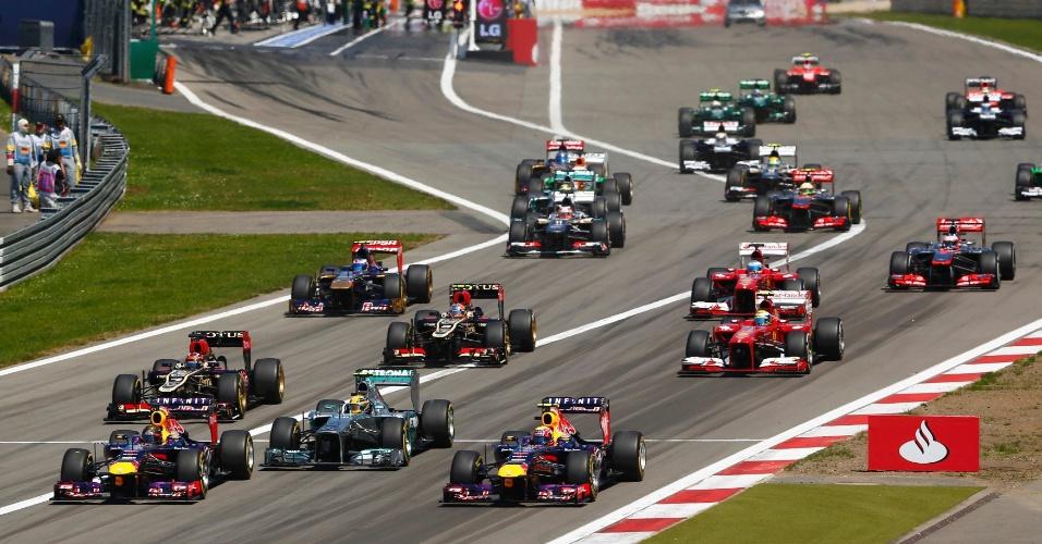 07.jul.2013 - Sebastian Vettel e Mark Webber largam bem e ultrapassam Lewis Hamilton no início do GP da Alemanha