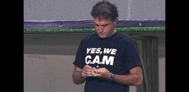 """Cuca veste a camisa que ganhou de torcedores para motivar jogadores: """"Yes, We CAM"""" - Reprodução/internet"""