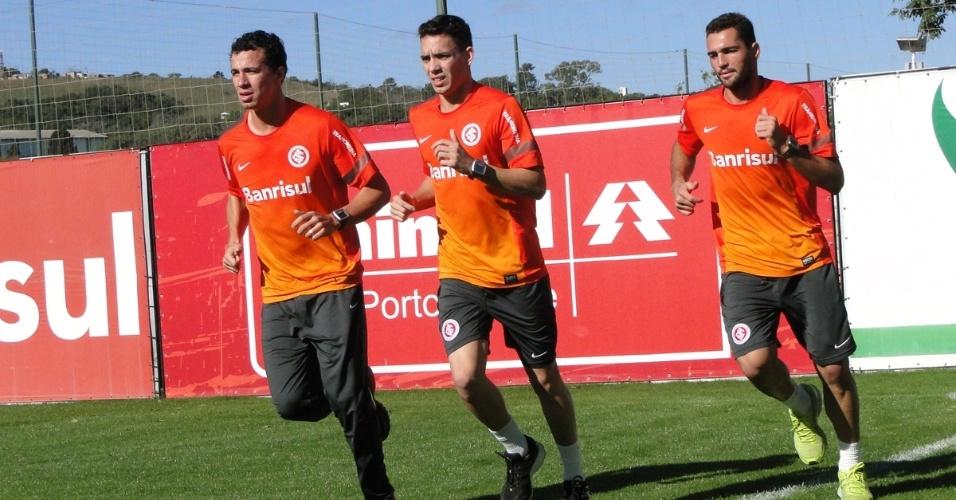 Atacantes Leandro Damião, Caio e Gilberto realizam trabalho físico após se recuperarem de lesões no Inter (09/07/2013)