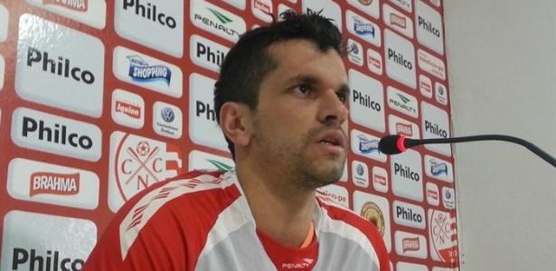 O lateral esquerdo Eltinho concede entrevista após o treino do Náutico