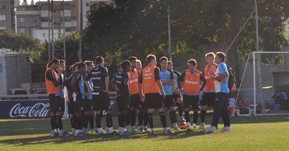 Renato Gaúcho conversa com jogadores do Grêmio em treinamento (09/07/2013)