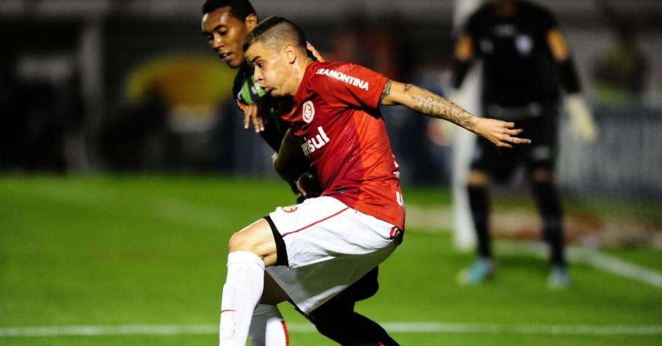 Meia D'Alessandro tenta driblar marcador durante Inter e América-MG (10/07/13)