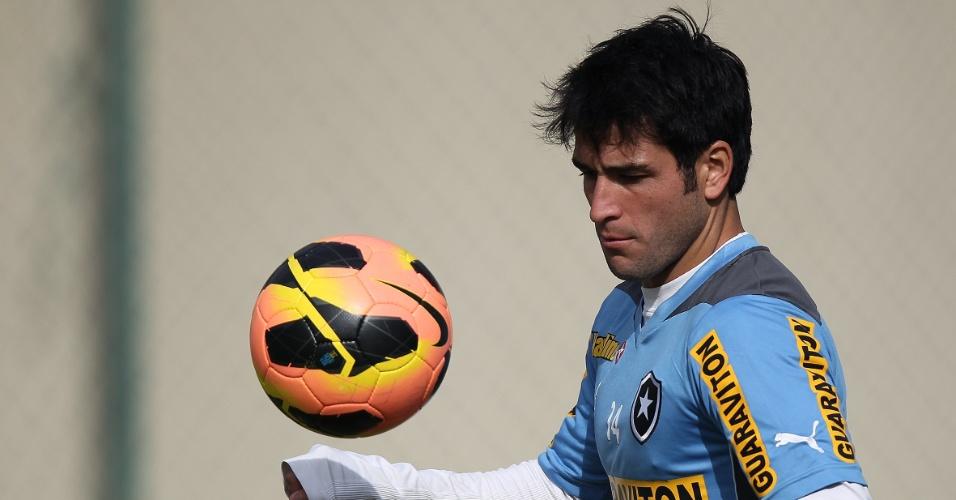 O meia Lodeiro brinca com a bola em treino do Botafogo no campo de General Severiano