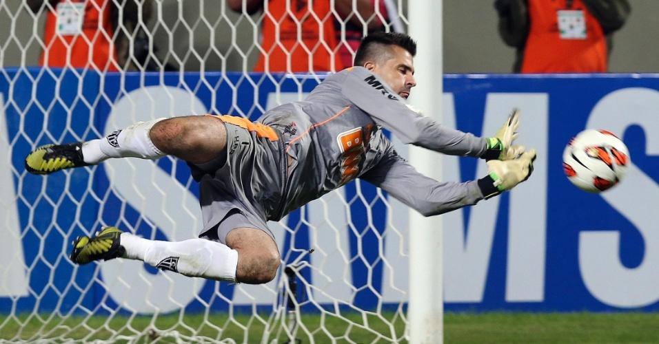 10.07.2013 - Victor pula para defender pênalti de Maxi Rodriguez e garantir o Atlético-MG na final da Libertadores