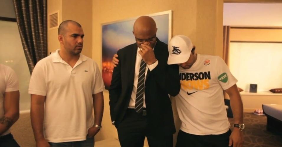 Anderson Silva é consolado pelo técnico Ramon Lemos após ser nocauteado por Chris Weidman no UFC 162