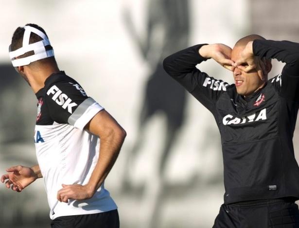 12.jul.2013 - Goleiro Julio Cesar brinca com Renato Augusto pelo fato de o meia estar usando uma máscara de proteção