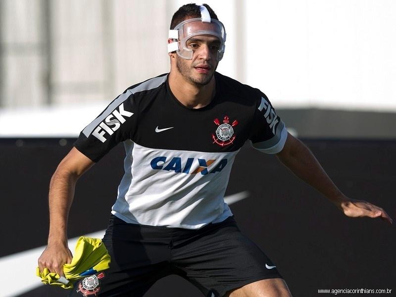 12.jul.2013 - Meia Renato Augusto treina com máscara de proteção após fratura no rosto