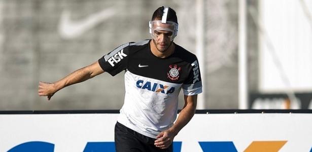 12.jul.2013 - Renato Augusto treina com uma máscara de proteção após fratura no rosto