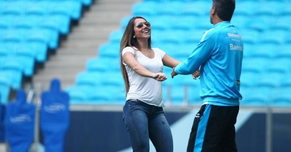 Carol Portaluppi e o pai Renato Gaúcho em treinamento do Grêmio na Arena (12/07/2013)