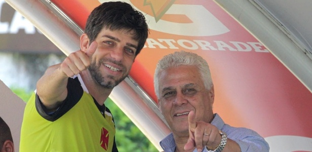 Juninho e Roberto Dinamite mostram descontração com o retorno do meia ao Vasco (12/07/2013)