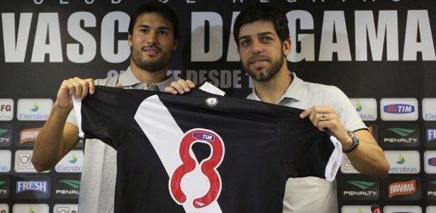 Pedro Ken entrega a camisa 8 para Juninho na apresentação do ídolo no Vasco (12/07/2013)