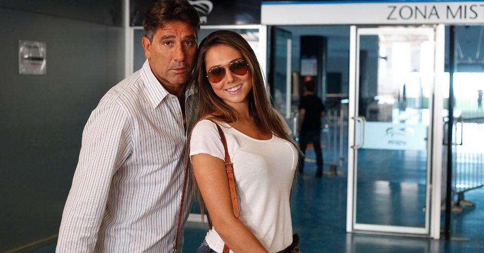 Renato Gaúcho e a filha Carolina Portaluppi na entrada da Arena do Grêmio (12/07/2013)