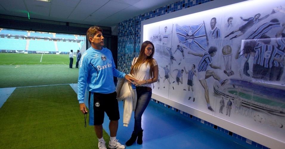 Renato Gaúcho e Carol Portaluppi observam o mural na entrada do gramado da Arena do Grêmio onde aparece um desenho do ídolo gremista da década de 80 (12/07/2013)