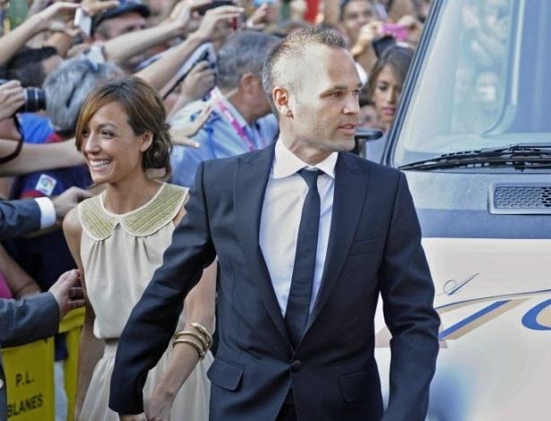 13.jul.2013 - Companheiro de Xavi no meio de campo do Barcelona, Iniesta marca presença no casamento do amigo
