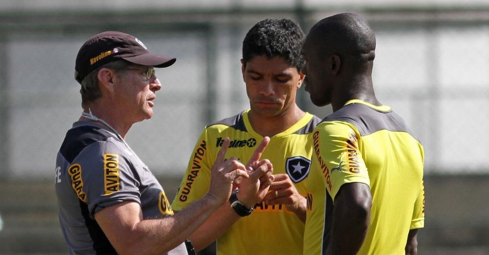 Renato conversa com Seedorf e Oswaldo de Oliveira antes de treino do Botafogo