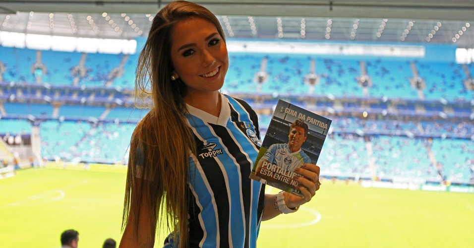 14.jul.2013 - Carol Portaluppi, filha do técnico Renato Gaúcho, comparece à Arena Grêmio para assistir à reestreia do pai