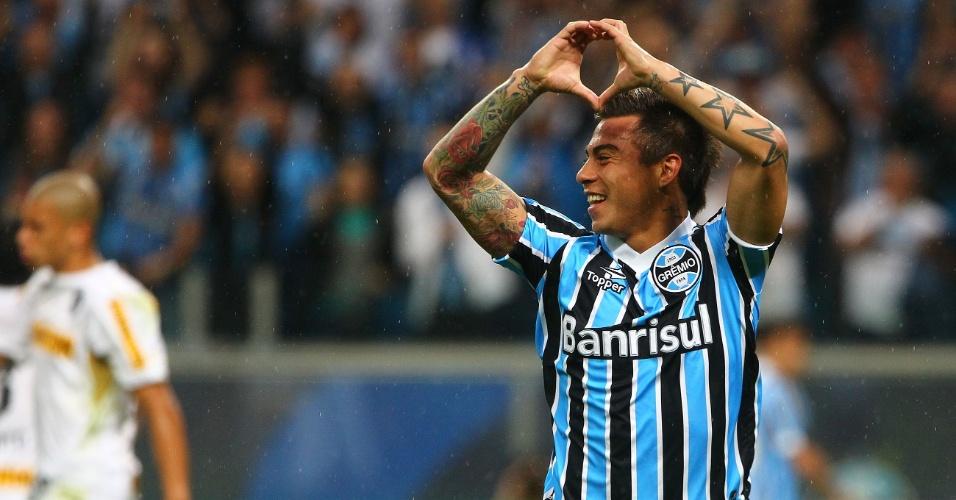 14.jul.2013 - Eduardo Vargas, atacante do Grêmio, comemora o primeiro gol da equipe gaúcha contra o Botafogo, em Porto Alegre