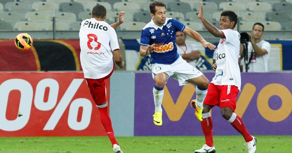 14.jul.2013 - Everton Ribeiro briga pela bola com dois jogadores do Náutico durante partida em Belo Horizonte