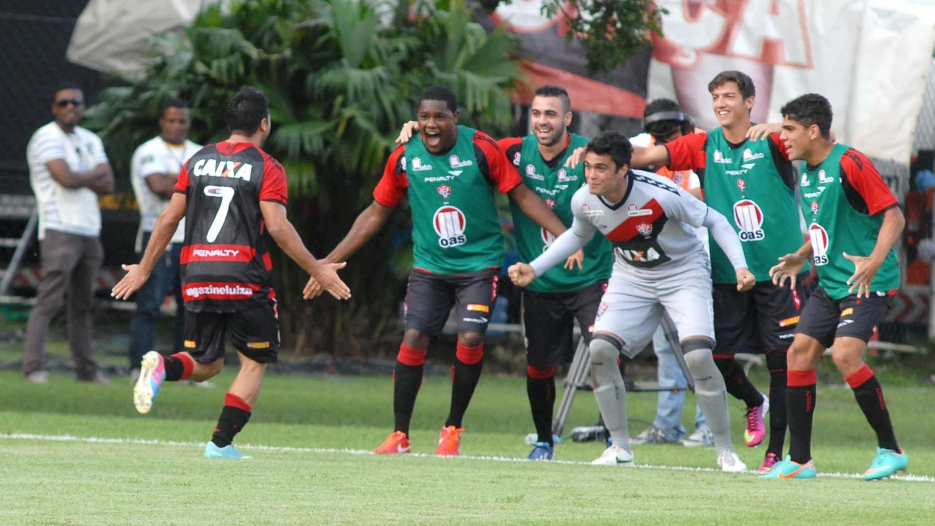 14.jul.2013 - Maxi Bianchucci, do Vitória, comemora gol da equipe baiana contra o São Paulo, em Salvador