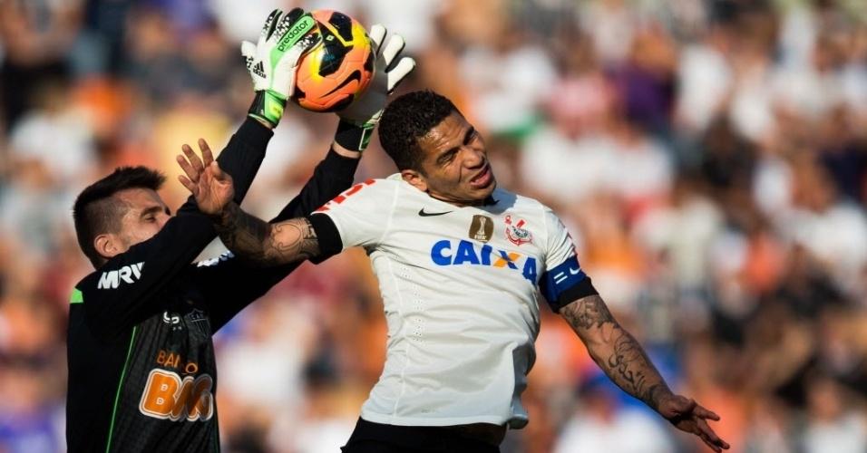 14.jul.2013 - Paolo Guerrero disputa pelo alto a bola com o goleiro Victor, do Atlético-MG, em partida no Pacaembu