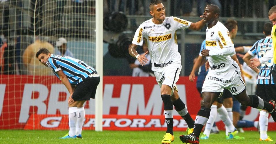 14.jul.2013 - Seedorf, meia do Botafogo, comemora gol do Botafogo no duelo contra o Grêmio, em Porto Alegre