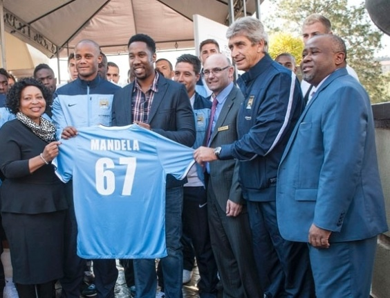Antes do jogo, delegação do City teve encontro com o filho de Nelson Mandela, Ndaba Mandela, e homenageou o ex-presidente com uma camisa personalizada; nº 67 representa os anos em que ele lutou pela paz em seu país