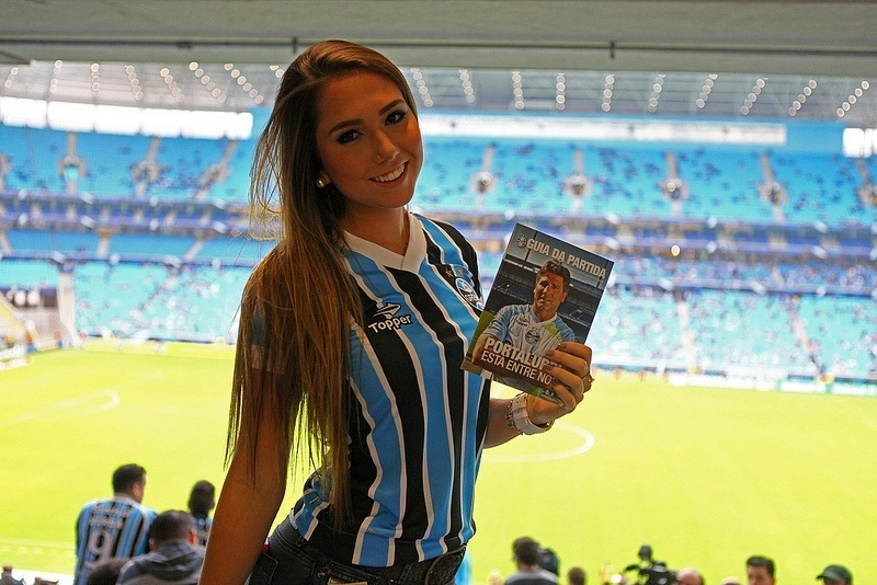 Carol Portaluppi na arquibancada para jogo do Grêmio na Arena (14/07/2013)
