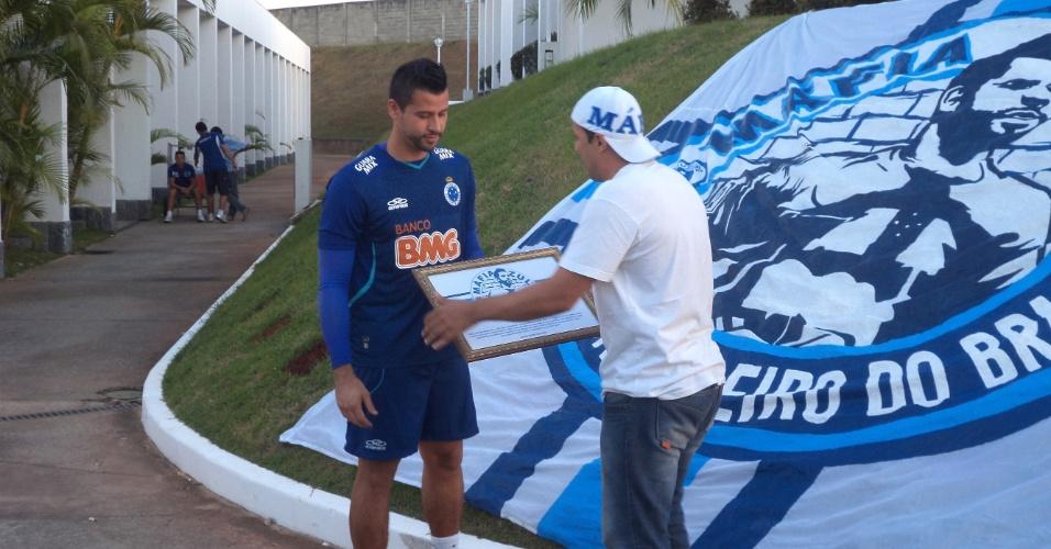 Goleiro Fábio recebe homenagem de torcida pelos 500 jogos a camisa do Cruzeiro (15/7/2013)