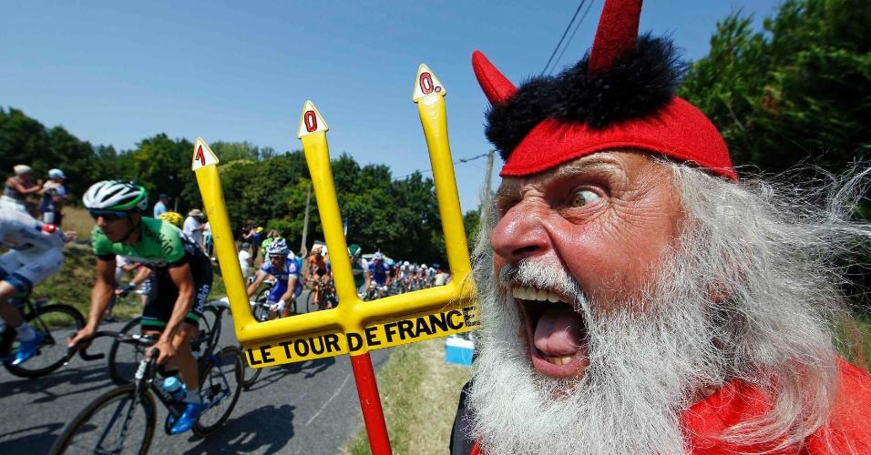 """11.jul.2013 - Torcedor conhecido como """"El Diablo"""" aparece fantasiado em mais um trecho da Volta da França, desta vez no trecho entre Fougeres e Tours"""