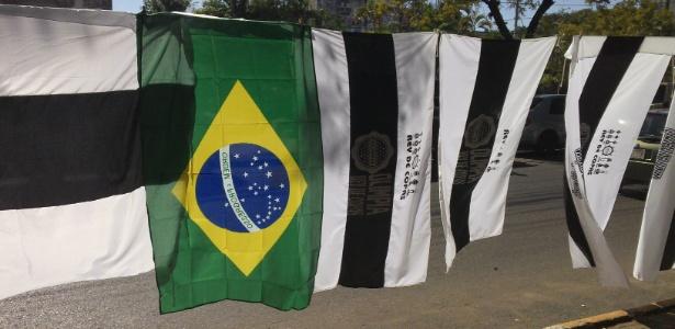 Bandeira do Brasil é vendida, em Assunção, juntamente com outras do Olimpia - Bernardo Lacerda/UOL
