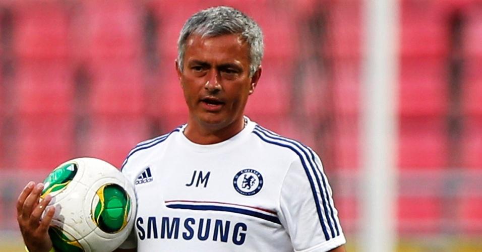 16.jul.2013 - José Mourinho é fotografado durante treino do Chelsea em Bancoc, onde o time inglês faz parte de sua pré-temporada