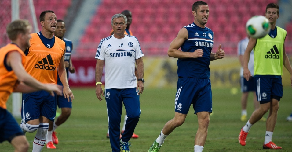 16.jul.2013 - Mourinho orienta os jogadores do Chelsea durante treino do time em Bancoc, Tailândia; equipe inglesa fará parte de sua pré-temporada na Ásia