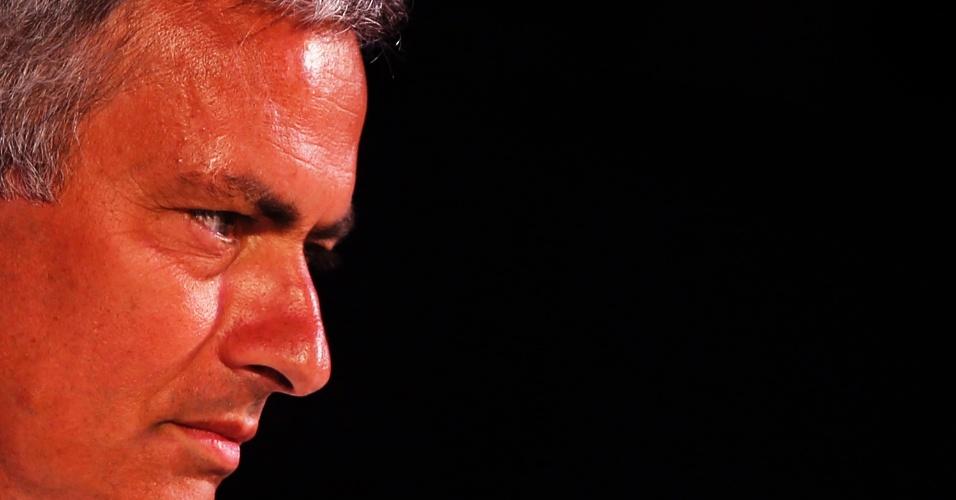 16.jul.2013 - Superbronzeado, técnico José Mourinho concede entrevista coletiva em Bancoc, onde o Chelsea realiza parte de sua pré-temporada