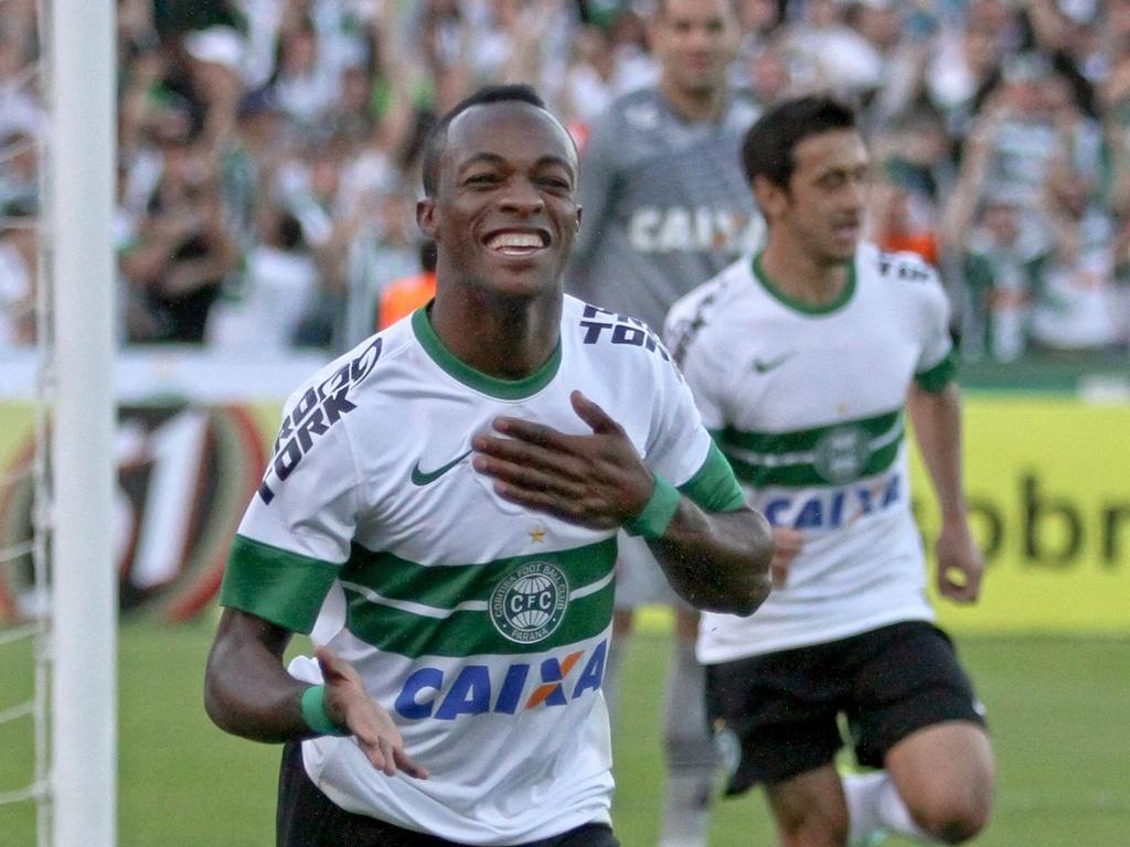 Geraldo comemora seu gol na vitória do Coritiba diante do Atlético-PR (14/07/2013)