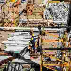 17.07.2013 - O local do gramado está ocupado com diversos materiais para construção - Leonardo Soares (UOL)