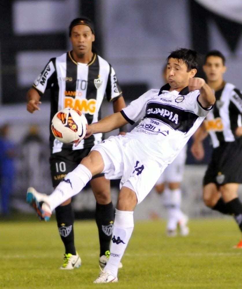 17.07.2013 - Ronaldinho Gaúcho observa Eduardo Aranda, do Olímpia, dominar a bola durante a final da Libertadores