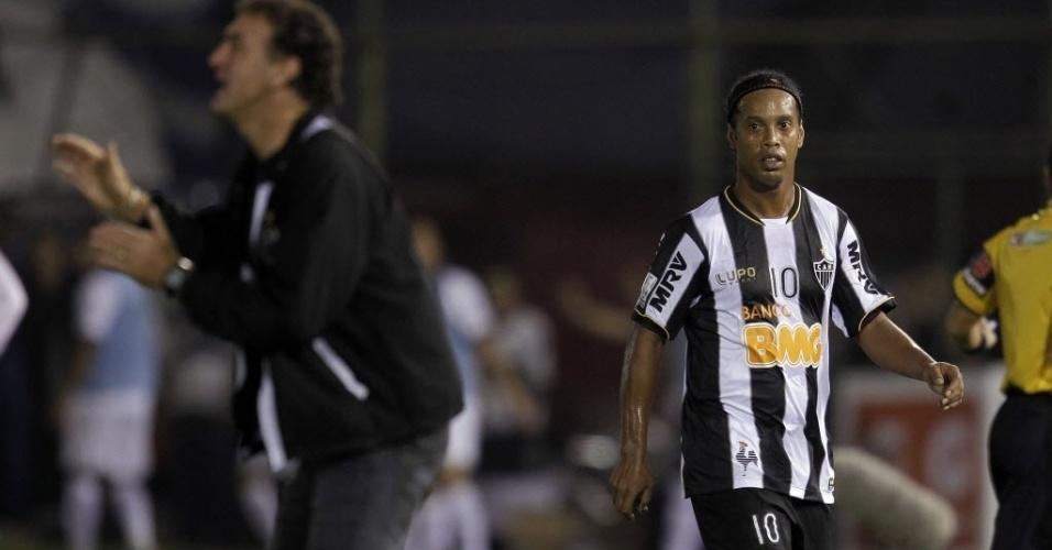 17.07.2013 - Ronaldinho Gaúcho observa o técnico Cuca gesticular com os jogadores do Atlético-MG durante a final da Libertadores contra o Olímpia