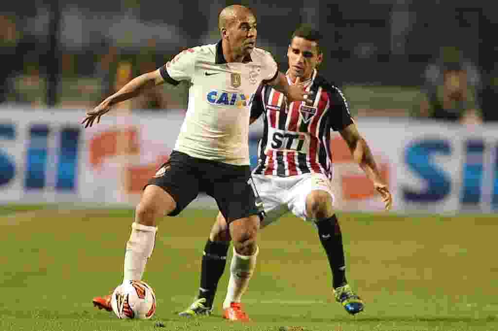 17.jul.2013 - Emerson protege a bola enquanto é marcado por Douglas na final da Recopa entre Corinthians e São Paulo - Flavio Florido/UOL