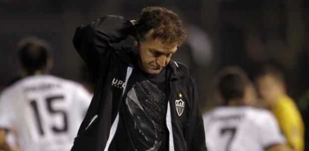 Cuca com a camisa de Nossa Senhora duante a Libertadores de 2013