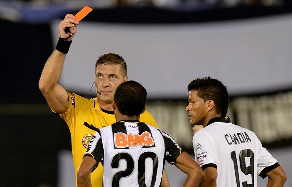 17.07.2013 - Richarlyson, lateral do Atlético-MG, recebe o cartão vermelho no segundo tempo da partida contra o Olímpia, em Assunção