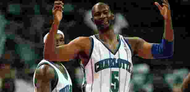 Elden Campbell disputa partida da NBA pelo antigo Charlotte Hornets em 2000 - Craig Jones/Allsport/Getty Images